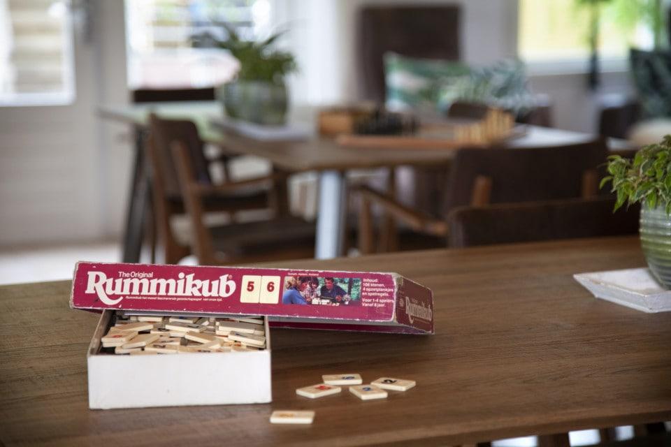 Open doos Rummikub op tafel